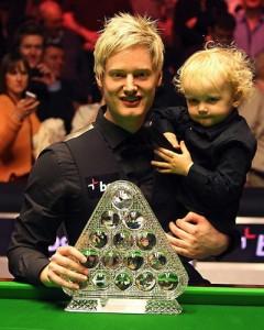 Neil Robertson avec son enfant, savourant sa victoire !